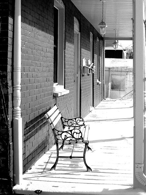 Habitation patrimoniale rénovée -  Dans ma ville  / Hometown -   En noir et blanc avec photofiltre.