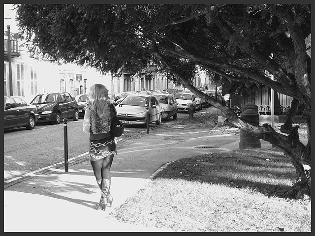 Voluptueuse Française Rousse avec Bottes de cuir à Talons Hauts et jupe courte /  Voluptuous French Redhead Lady in leather high-heeled boots and short skirt