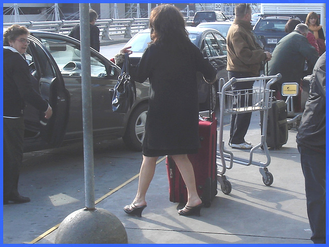 Dame sexy en talons hauts - Sexy Lady in high heels - Montreal airport-  Aéroport de Montréal-18-10-2008