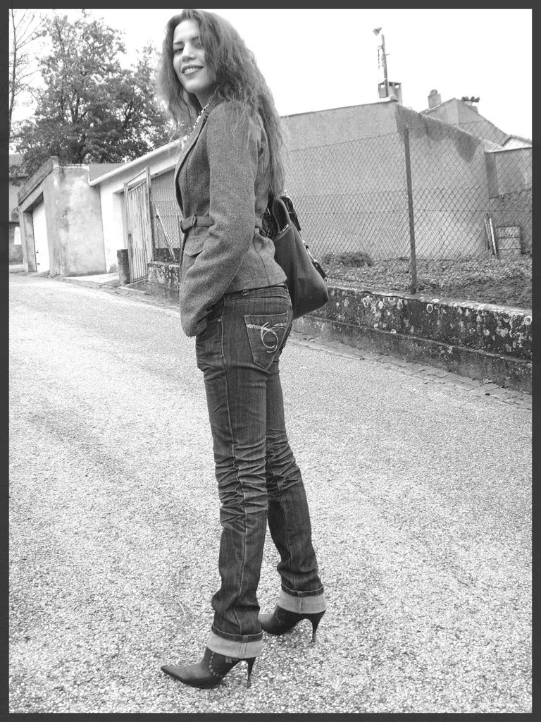 Beauté Suprême en jeans et Bottes à talons aiguilles vertigineux. Supreme beauty in rolled-up jeans and stiletto Boots- With permission / Avec permission