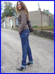 Beauté Suprême en jeans et Bottes à talons aiguilles vertigineux. Supreme beauty in rolled-up jeans and stiletto Boots / 6 novembre 2008.