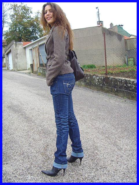 Beauté Suprême en jeans et Bottes à talons aiguilles vertigineux. Supreme beauty in rolled-up jeans and stiletto Boots