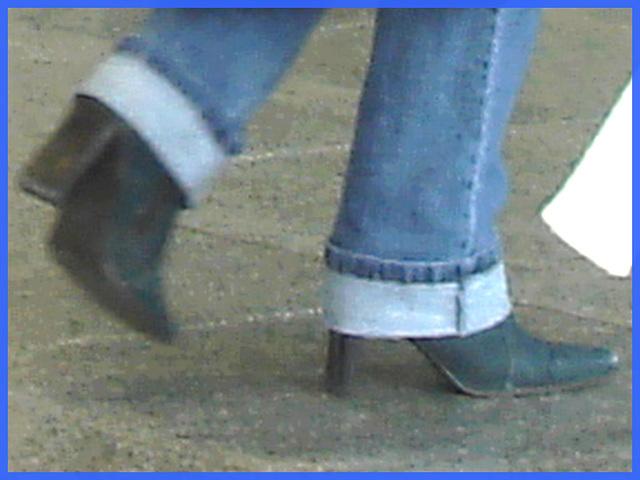 Duo Aero shopping - Rolled-up jeans and half-hidden high heeled Boots-  Aéroport PET de Montréal- 18 octobre 2008
