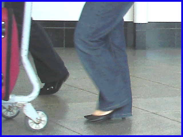 Informations sur talons hauts cachés - Informations on hidden high heels !  Aéroport PET de Montréal - Montreal airport-  18 octobre 2008