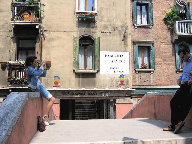 jeune femme sur le pont avec son homme