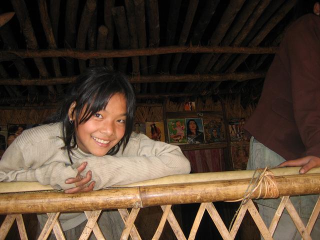 Fillette nishi au balcon