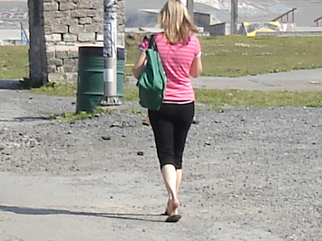 Blonde voluptueuse sur le plat ! Voluptuous sexy young blonde Lady on flats