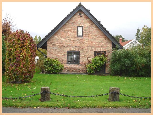 Briques et pelouse verte / Bricks & green lawn - Båstad , Suède /Sweden. 1er novembre 2008.