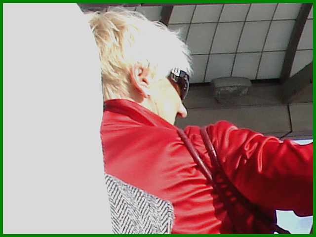 Blonde mature en talons couperets et jupe sexy- Mature blond in chopper slingbacks heels and sexy skirt- Montreal airport - Aéroport de Montréal / 18 octobre 2008