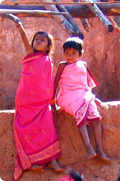 enfants qui ont mis des saris roses