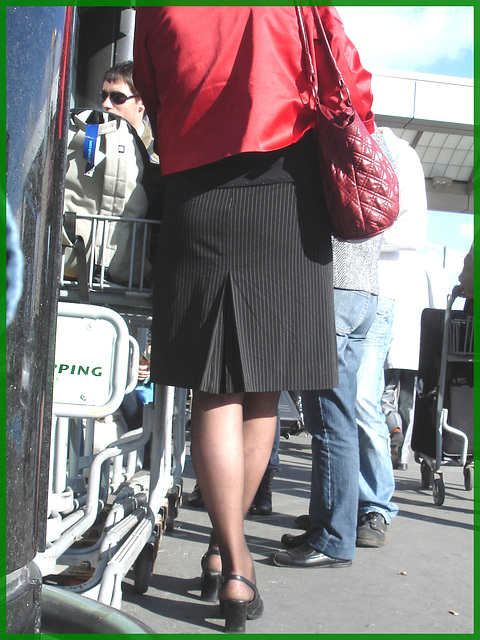 Blonde mature en talons couperets et jupe sexy- Mature blond in chopper slingbacks heels and sexy skirt- Montreal airport- Aéroport de Montréal