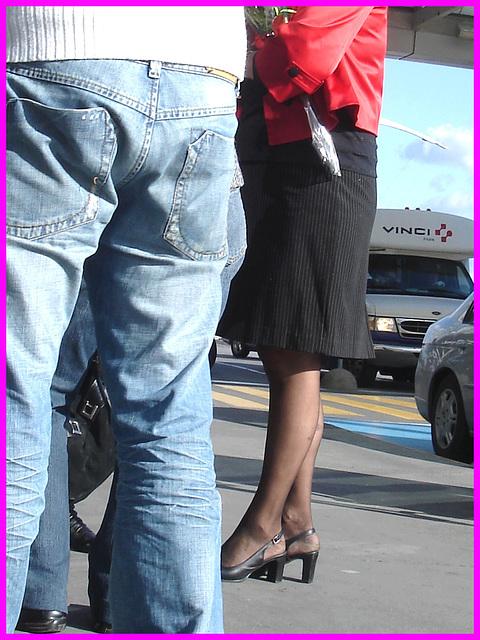 Blonde mature en talons couperets et jupe sexy- Mature blond in chopper slingbacks heels and sexy skirt
