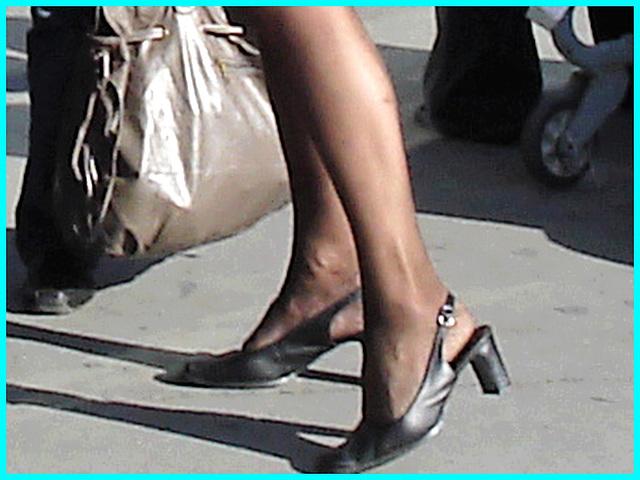 Blonde mature en talons couperets et jupe sexy- Mature blonde in chopper slingbacks heels and sexy skirt