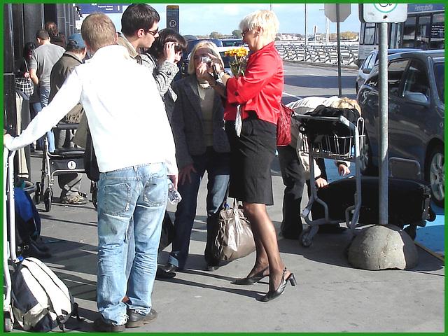 Blonde mature en talons couperets et jupe sexy - Mature blonde in chopper slingbacks heels and sexy skirt.