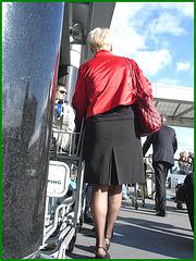 Blonde mature en talons couperets et jupe sexy- Mature blond in chopper slingbacks heels and sexy skirt.