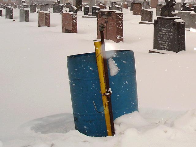 Poubelle bleue et monuments d'hiver  /   Blue trashcan and winter monuments -  Dans ma ville  /  Hometown - 18 janvier 2009.