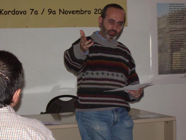 Rikardo prelegas pri lingvo kaj literaturo en Andaluso