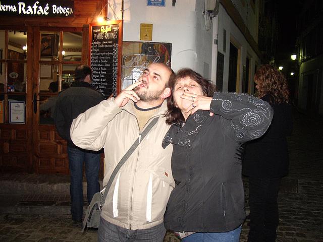 Raúl kaj Kiki fripone fieras pri sia fumemo :-)