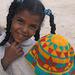Petite Egyptienne fière de son travail artisanal