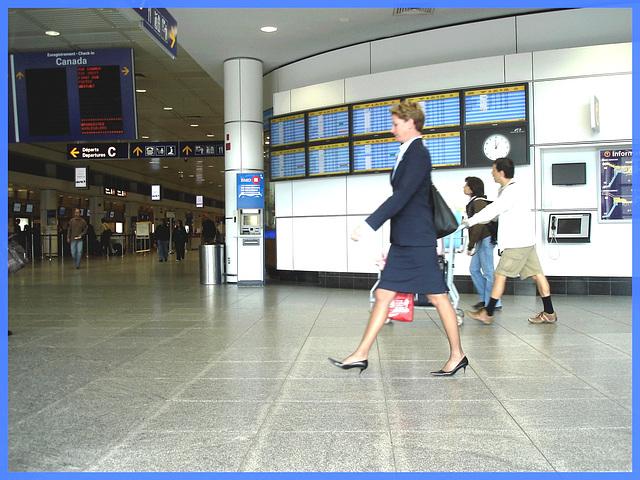 Hôtesse de l'air bien chaussée / Tall & slim beautiful flight attendant in high heels