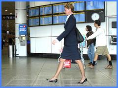 Hôtesse de l'air bien chaussée /Tall & slim beautiful flight attendant in high heels - 18 octobre 2008