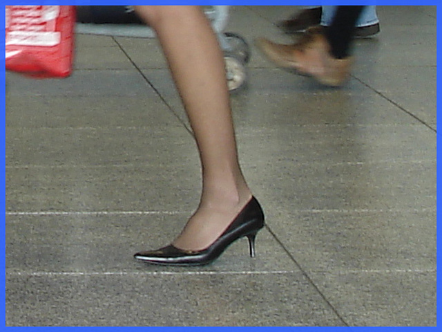 Hôtesse de l'air bien chaussée. /  Tall & slim beautiful flight attendant in high heels