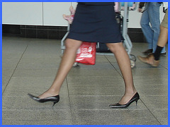 Hôtesse de l'air bien chaussée / Tall & slim beautiful flight attendant in high heels.