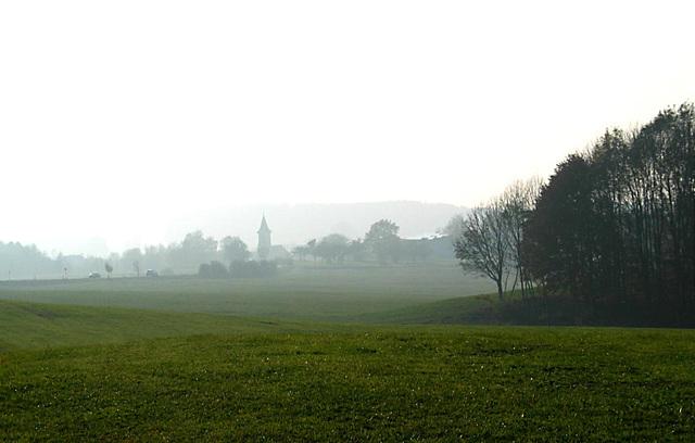 Ortschaft im Nebel
