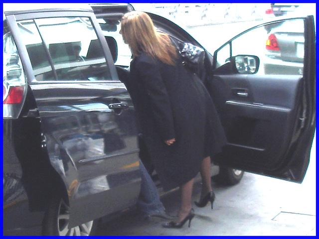 Cravate et escarpins-  Tie and black pumps-  Aéroport de Montréal / 18 octobre 2008