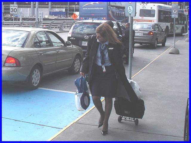 Cravate et escarpins-  Tie and black pumps-  Aéroport de Montréal- 18 octobre 2008