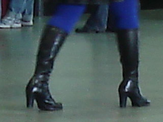 Bottes à talons marteau et collants bleus- Hammer heeled boots and blue tights- Aéroport de Montreal- 18 octobre 2008