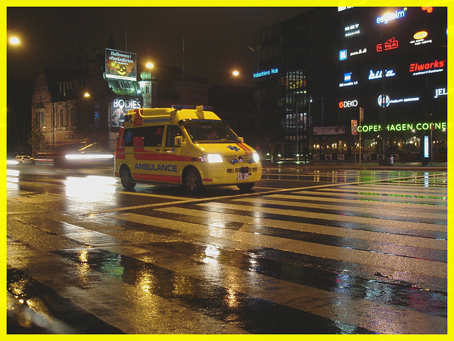 Ambulance de nuit sous la pluie / Night ambulance under the rain drops