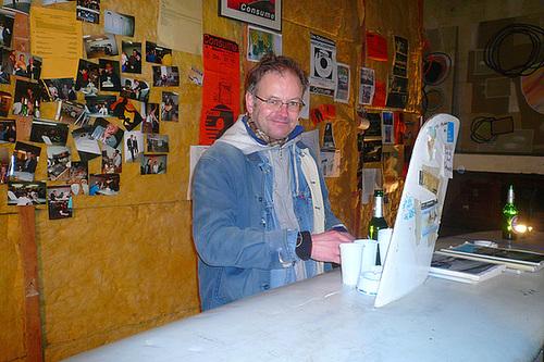 Christian Pantzer hinter der Consume Bar bei Familie Montez Januar 2009