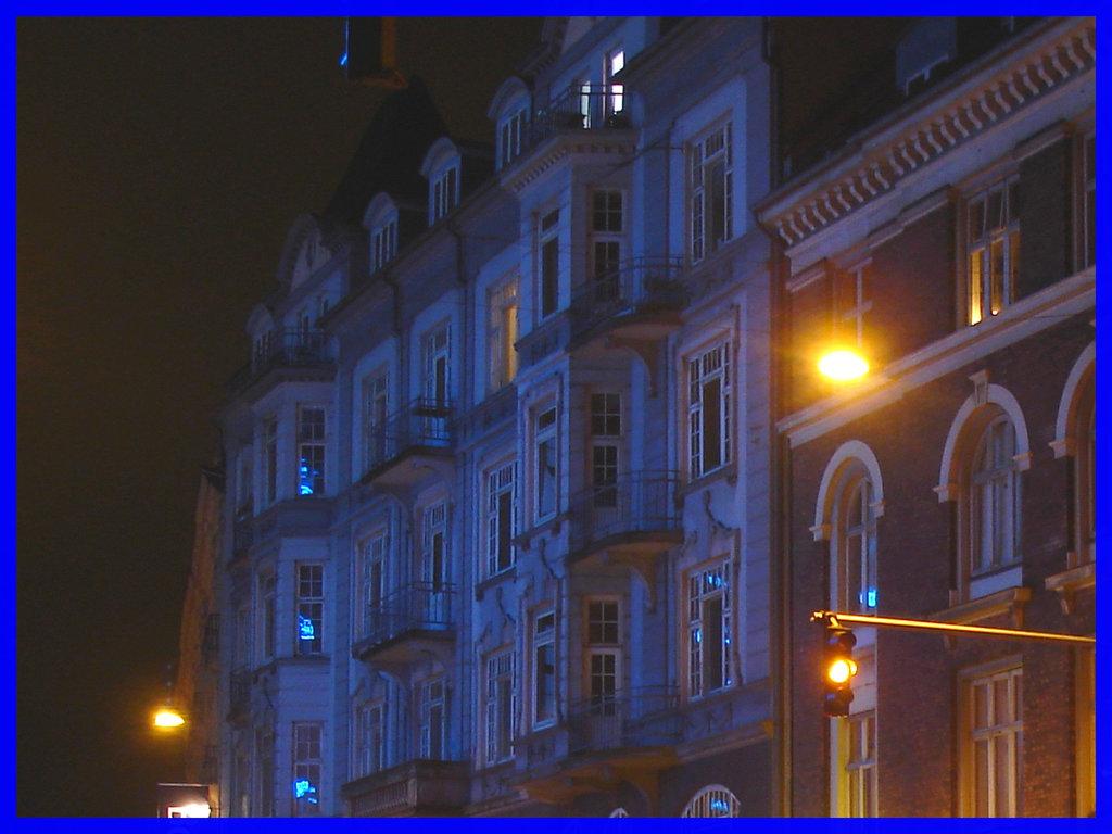 Autobus et édifice bleu /  Bus and blue buidling - Copenhagen.