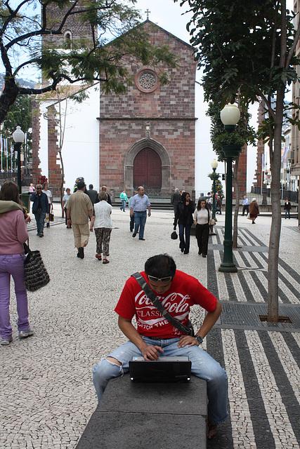 der neue Laptop in der Fußgängerzone