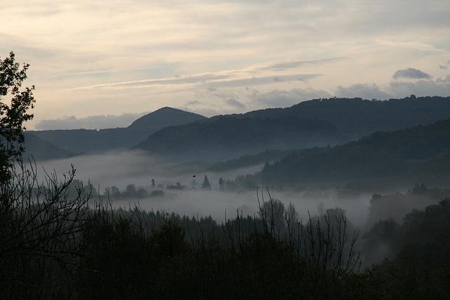 Volcan et brume dans la vallée