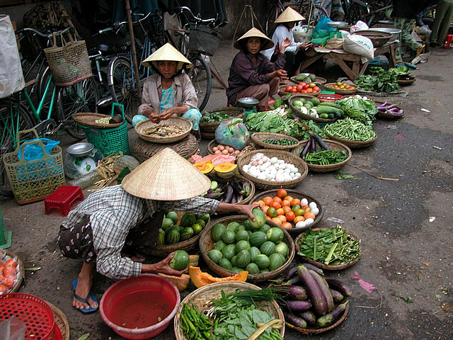 Market vendors in Hội An