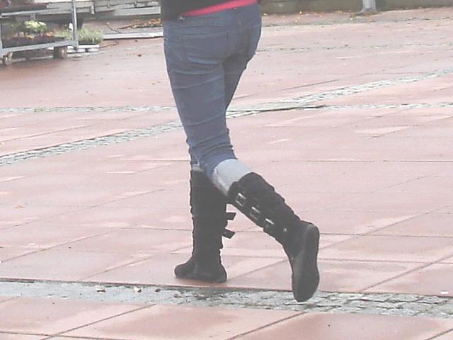 ICA Lady on flat boots / La Dame ICA en bottes à talons plats - Båstad / Sweden - Suède.  1er novembre 2008.