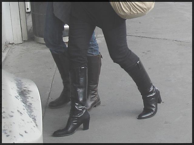 Blondes joyeuses et bien bottées- Joyous blonds in Boots on yellow lines- Aéroport de Montréal- 18 octobre 2008