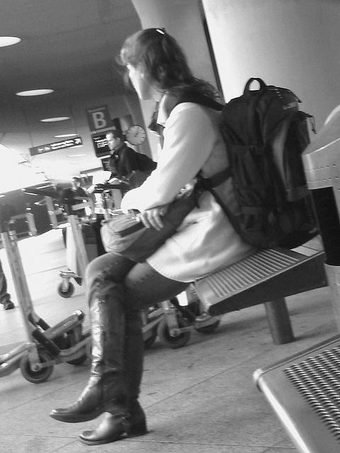 14h05 - Readhead Lady in flat sexy boots - Copenhagen Kastrup airport  - 20-10-2008 /  B & W