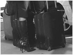 Très séduisante Dame mature en Bottes de Dominatrice - Mature Lady in tremendous Dominatrix Boots - PET Montreal airport - Noir et blanc / Black and white