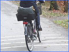 Cycliste Danoise  mature en bottes modérément sexy  - Mature Danish biker in chunky heeled leather boots- Cimetière de Copenhague