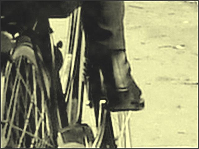 Cycliste Danoise  mature en bottes modérément sexy  - Mature Danish biker in chunky heeled leather boots- Cimetière de Copenhague- Photo ancienne avec photofiltre. Vintage style with phofilter.