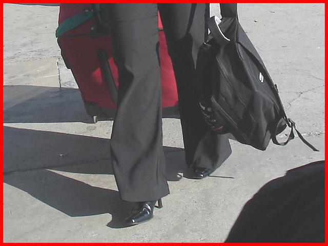 Maturité, Beauté et Bottes à talons hauts - Maturity, beauty and High-Heeled Boots - Pet Montreal airport. 18 octobre 2008.
