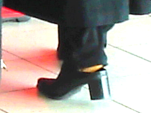Lady  76 - Chubby black blond Lady in chunky heeled shoes /  Brussels airport - October 19th 2008  -  Photofiltrée
