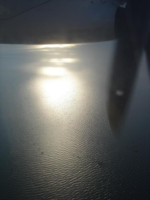 Rimouski, Québec. CANADA / Vue du ciel et du fleuve en avion / Hélice et reflet dans l'eau / Aircraft's propeller and water reflection. 10 août 2007.