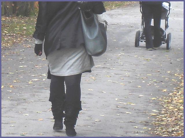 Rousse foncée en tenue attrayante- Redhead Lady on flats- Cimetière de Copenhague-Photofiltre