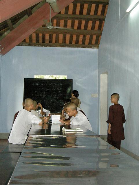 Mönche beim Englischunterricht