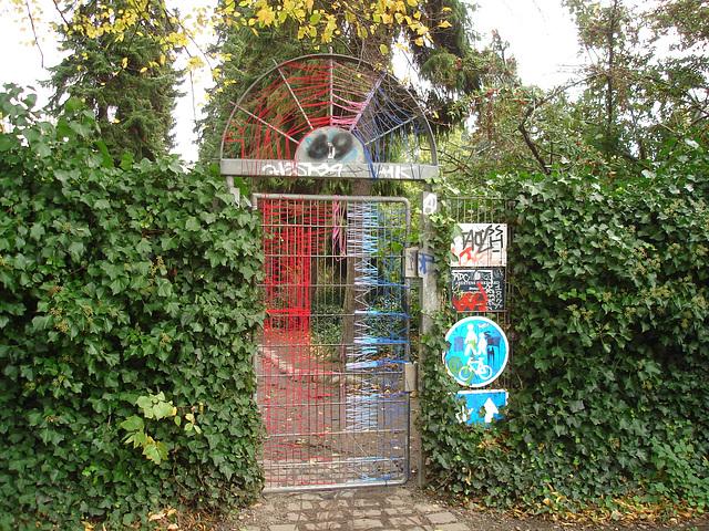 Bizarre door 69. Porte mystérieuse numéro 69. Cimetière de Copenhague- Copenhagen cemetery- 20 octobre 2008