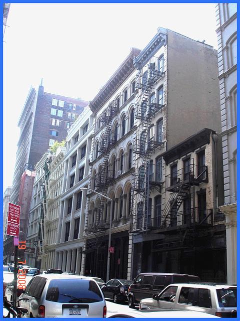 Arc-en-ciel de rue - Colourful buildings perspective- New York City.